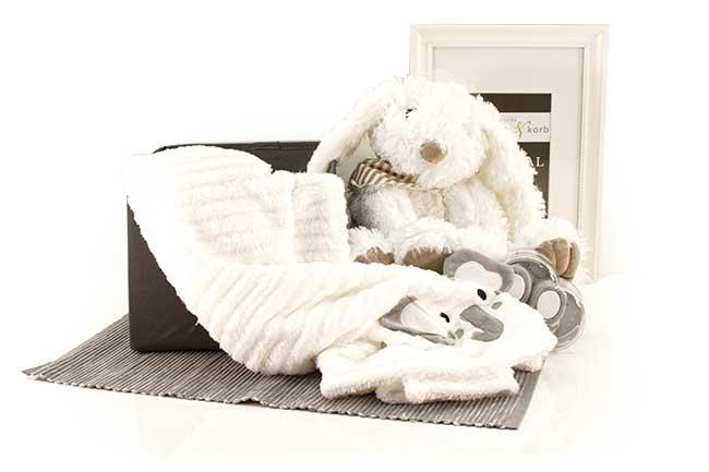 Baby Geschenkkorb HÜPFI mit Schneehase aus Plüsch