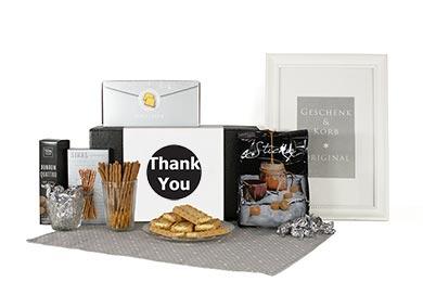 Süsse Geschenkbox mit Kuchen und mehr